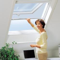 Insektenschutz-Dachfenster-Rollo von Erfal