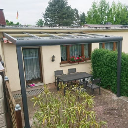 Terrassenüberdachung aus Aluminium mit Glasdach