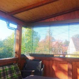 Terrassenüberdachung mit Glasschiebewand und Jalousie