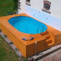 Poolumrandung aus dem Naturstoff Holz